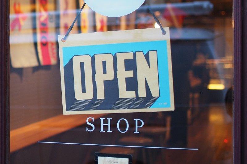 Ouvrir un magasin : investir dans une enseigne en métal